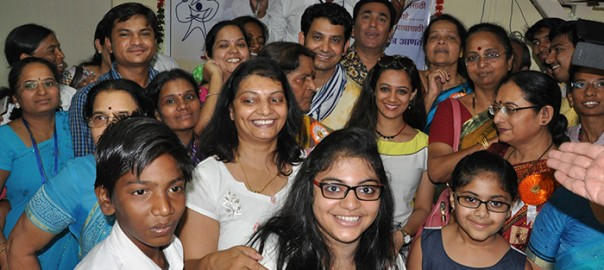 Official SAKAR Website Launch - Marathi actors Pushkar Shrotri, Umesh Kamat and Spruha Joshi pay a social visit to SAKAR (4)